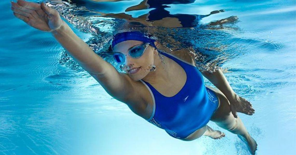 в бассейне со спортсменками очень важна